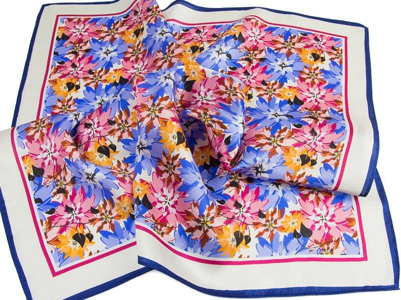 Kolorowa apaszka w kwiaty