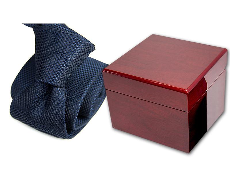 Krawat w pudełku drewnianym